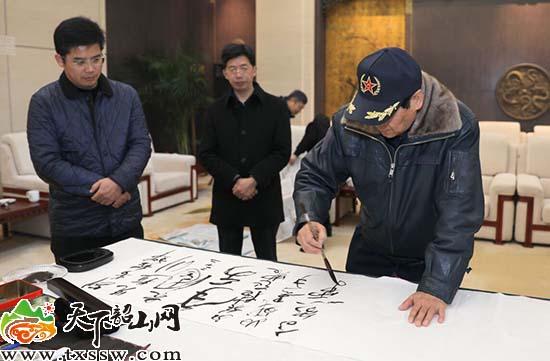毛国林、刘业勇向韶山毛泽东同志lol投注平台馆捐赠书法作品